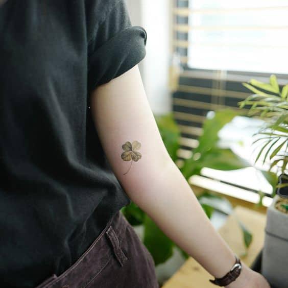 tatuagem de trevo no braço