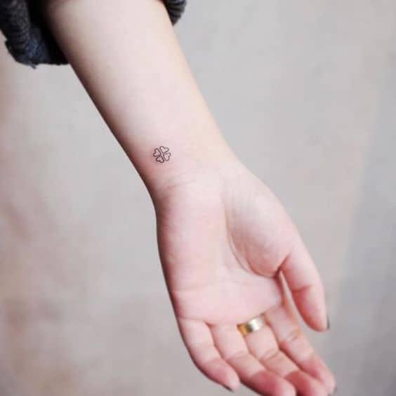 tatuagem pequena e simples feminina