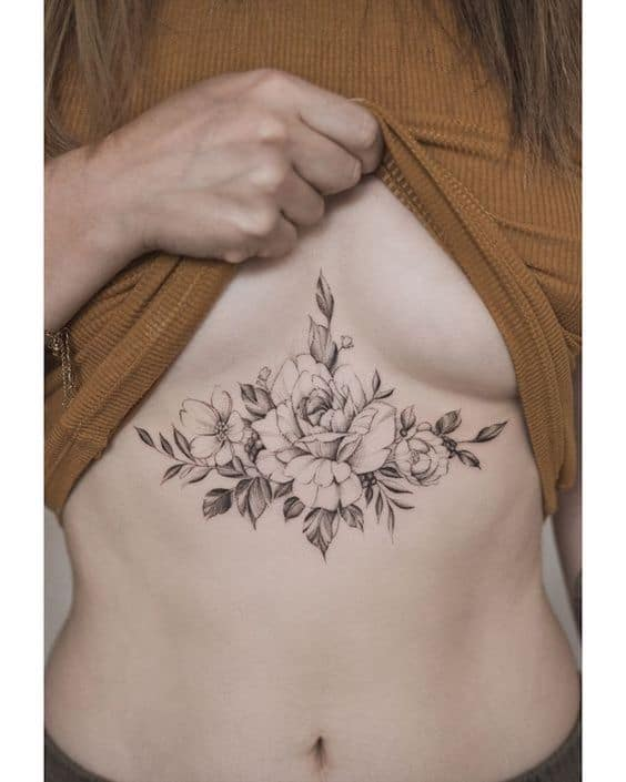 tatuagem grande de flor entre os seios