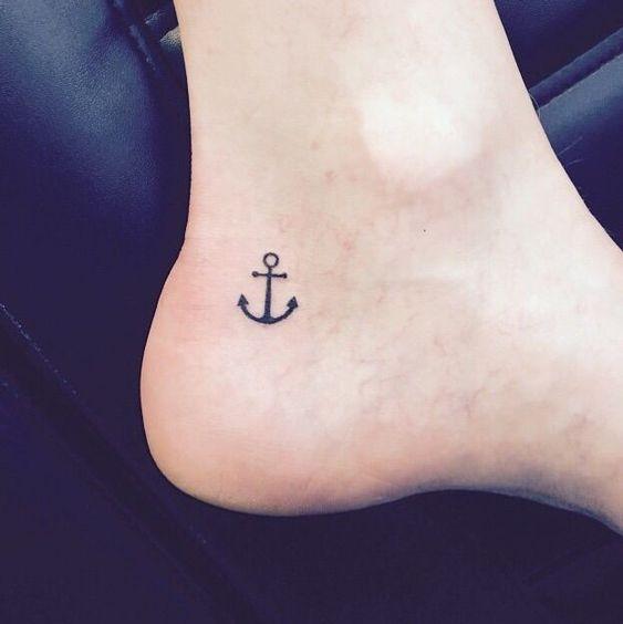 tatuagem de âncora no pé