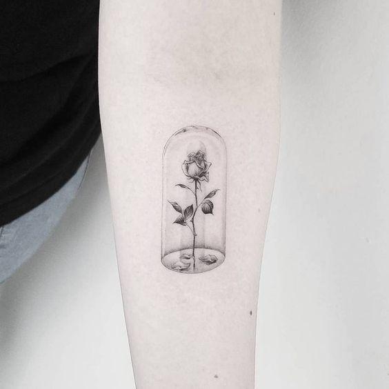 tatuagem de rosa com redoma