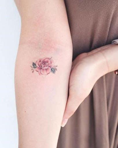 tatuagem de rosa no braço