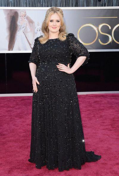 Adele com vestido longo de festa preto