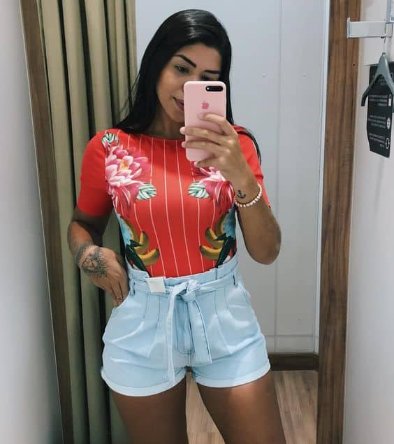 Blusa estampada colorida com short clochard jeans