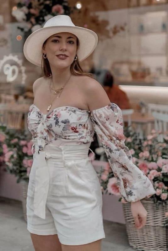 Blusa floral ciganinha com short clochard branco