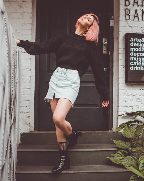 Como ser Tumblr usando saia jeans e coturno