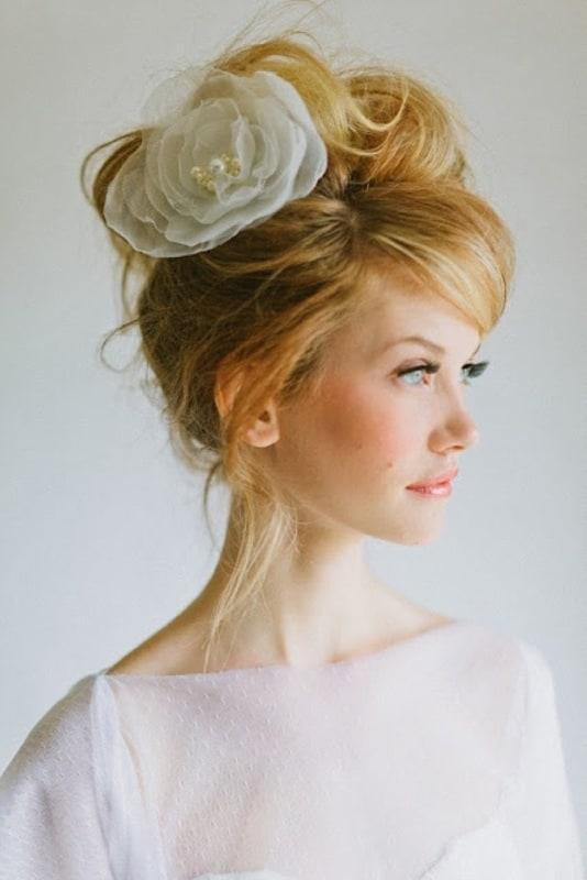 Flor simples para coque alto de noiva