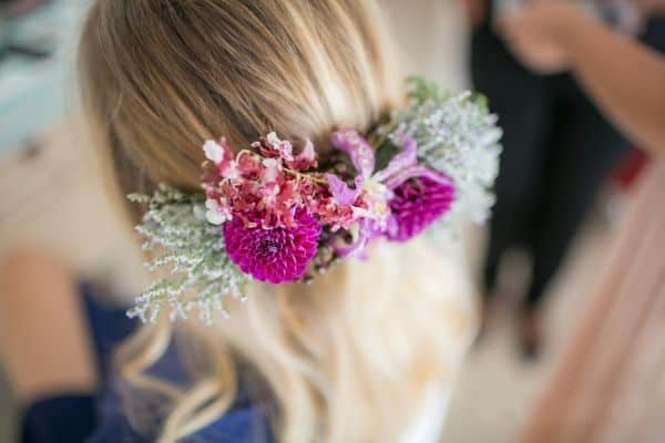 Flores coloridas no cabelo da noiva