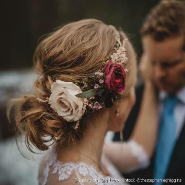Flores nas laterais do penteado da noiva