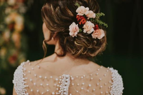 Flores no cabelo da noiva