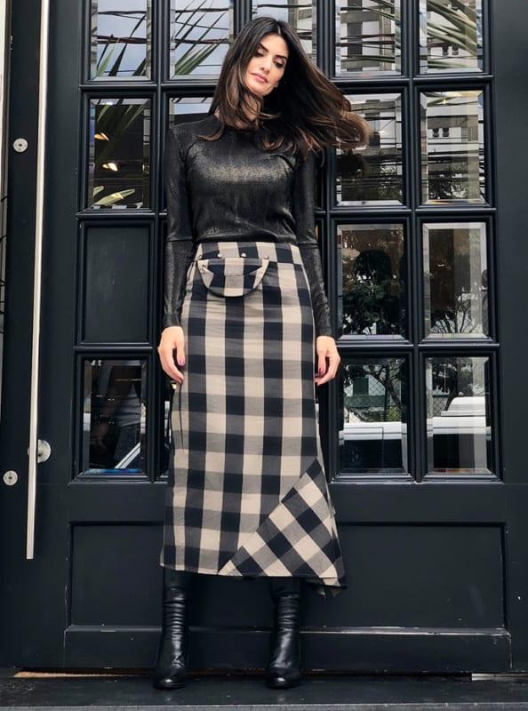 Isabella fiorentino com saia midi xadrez