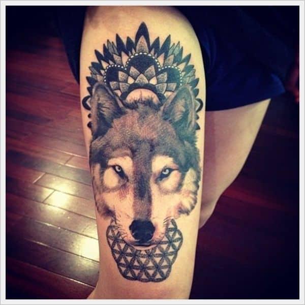 Lobo tatuado na coxa masculina