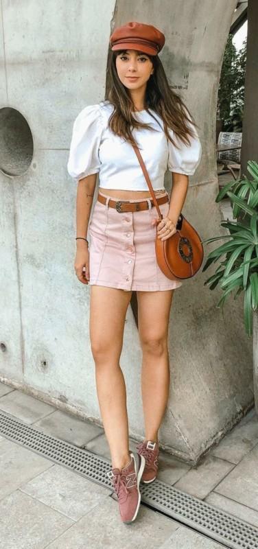 Look com saia e tênis rosa
