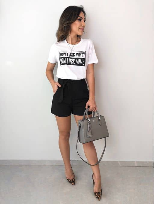 Look com t shirt branca e short tipo clochard preto