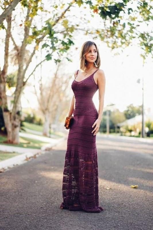 Look com vestido de crochê roxo de alcinha
