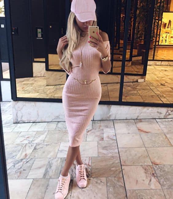 Look com vestido lápis e tênis rosa
