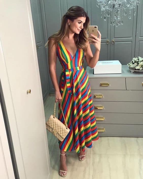 Look com vestido listrado multicolorido