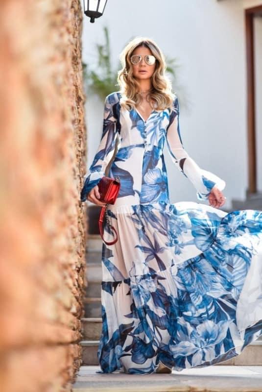 Look com vestido longo florido branco e azul