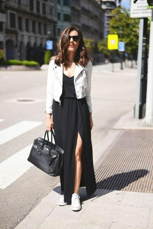 Look com vestido longo preto com fenda