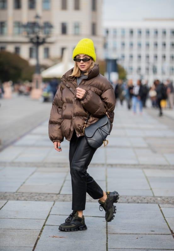Look de inverno com tênis chunky feminino preto