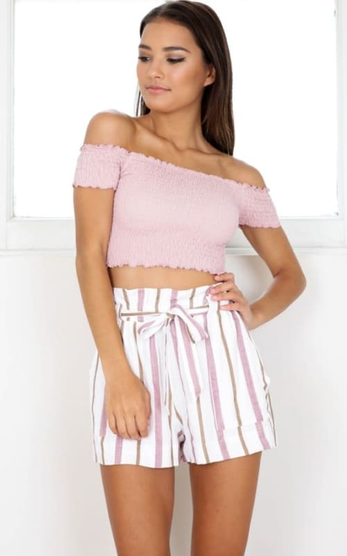 Look de verão com short clochard listrado rosa