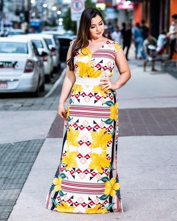 Look plus size com vestido longo