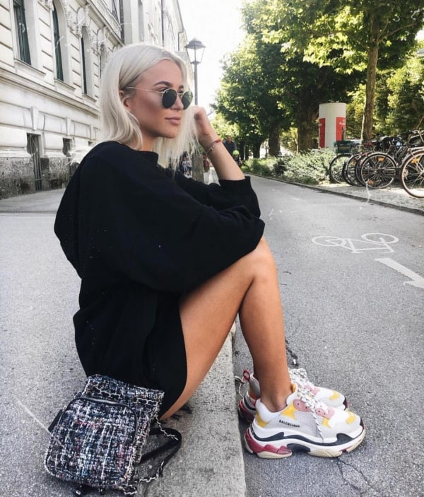 Look preto com chunky sneaker