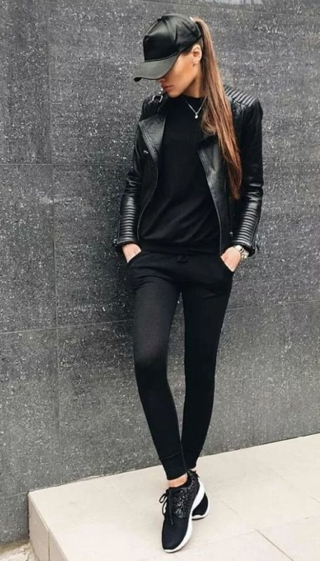 Look preto total com tênis preto