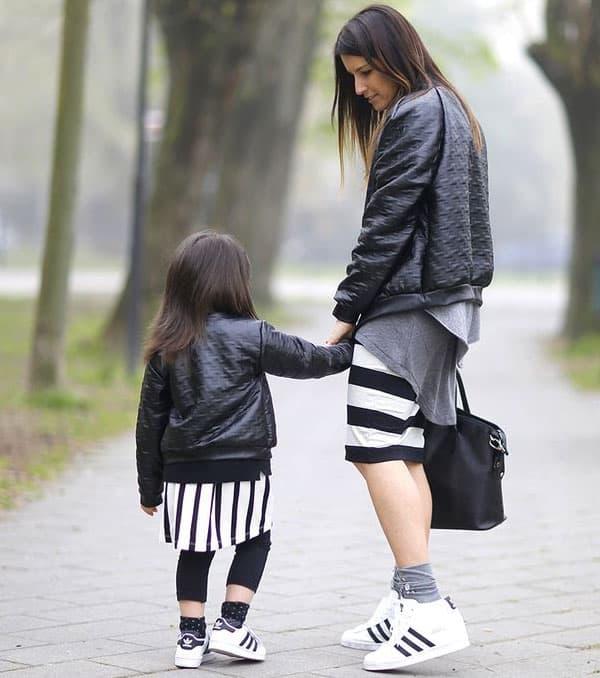 Look tal mãe tal filha com tênis adidas