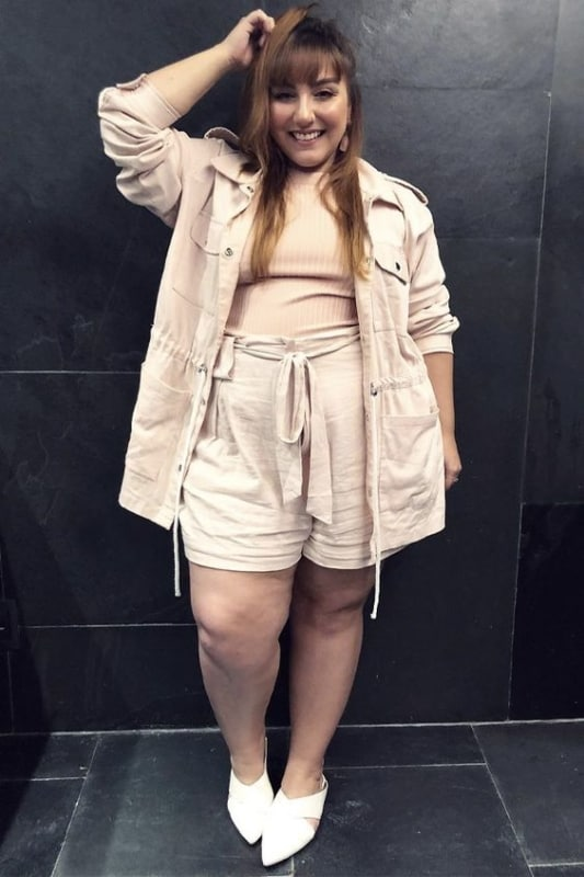 Look todo nude plus size com short clochard