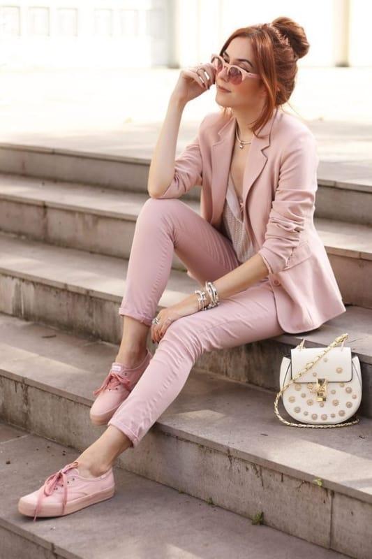 Look todo rosa com tênis casual