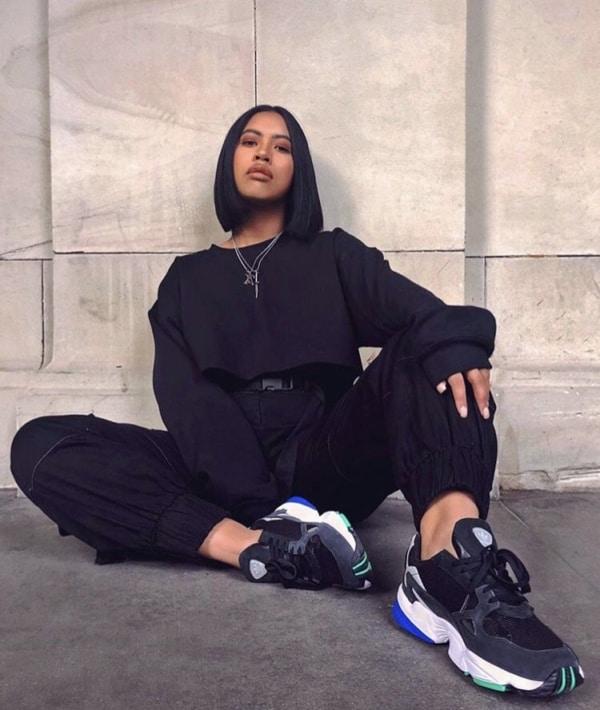 Look total preto com Chunky sneaker