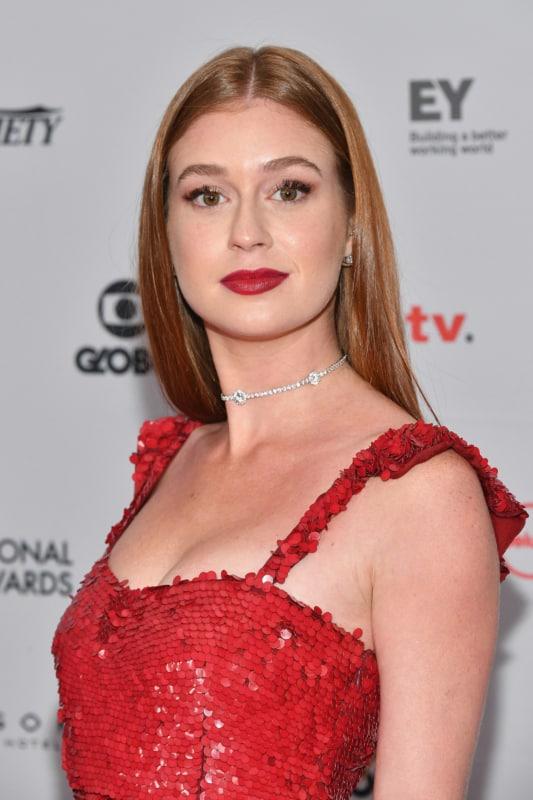 Maquiagem básica para madrinha com vestido vermelho
