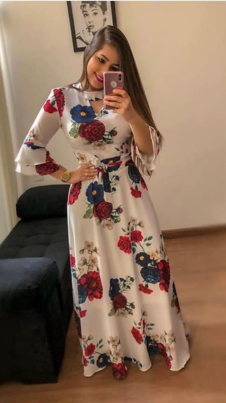 Modelo de vestido floral longo com manga tres quartos