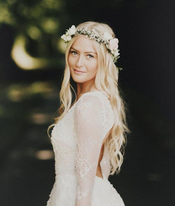 Noiva com cabelo solto e grinalda de flores