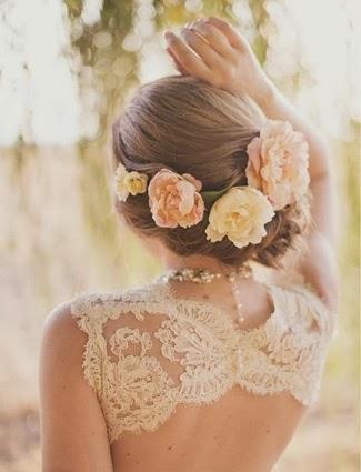 Noiva com flores nos cabelos