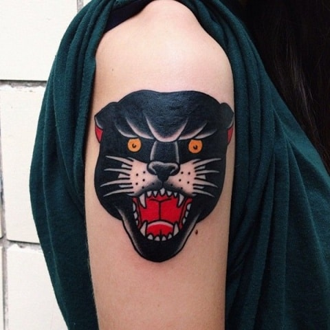 Pantera negra tatuada feminina