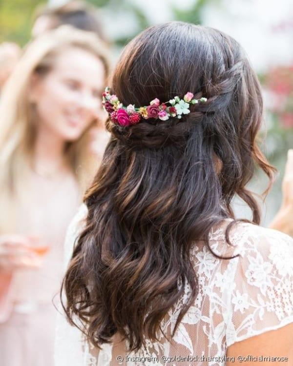 Penteado com flores pequenas