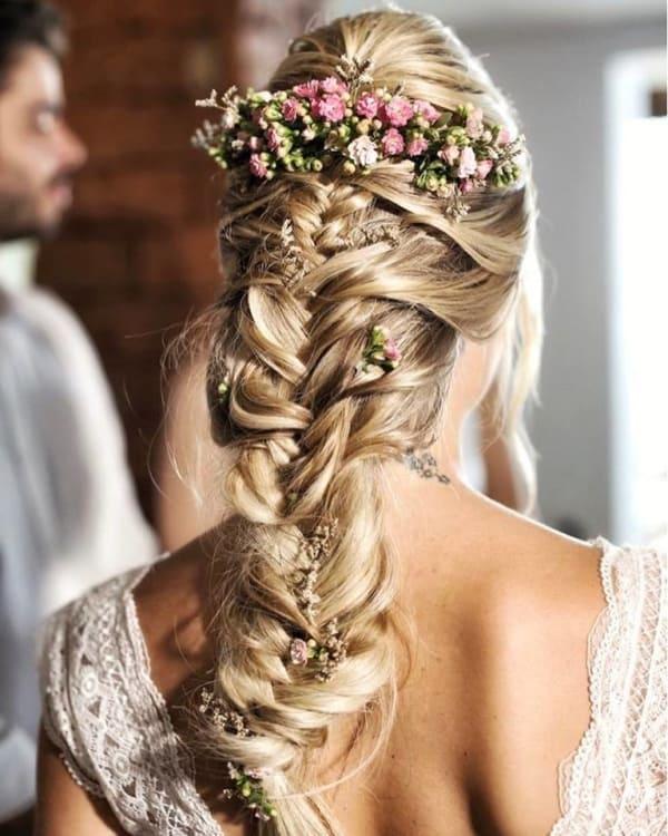 Penteado com trança e grinalda de flores