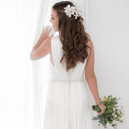 Penteado de noiva com flores brancas