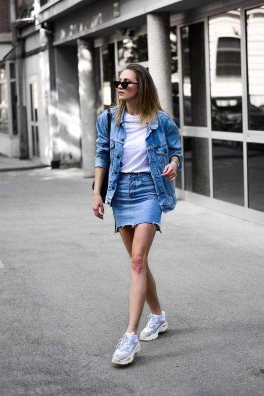Tênis chunky feminino com saia jeans