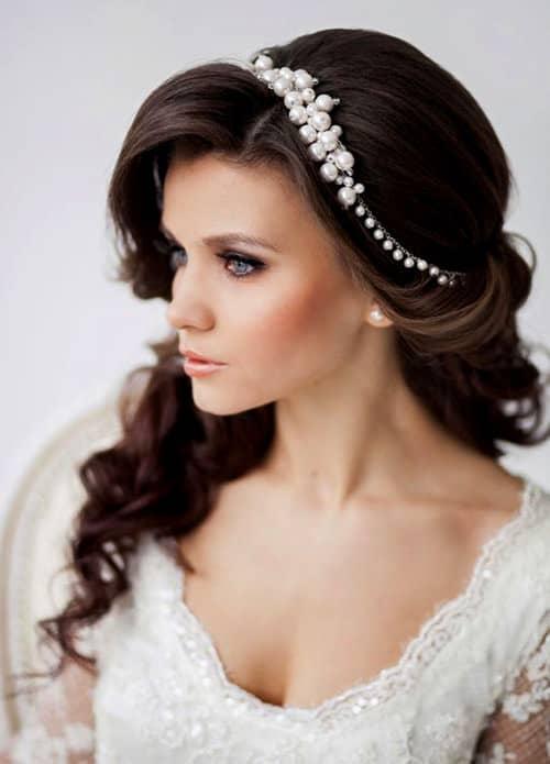 Tiara com pérolas para look de noiva