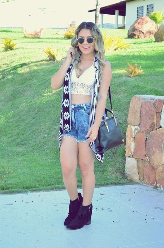 Top com colete e short jeans