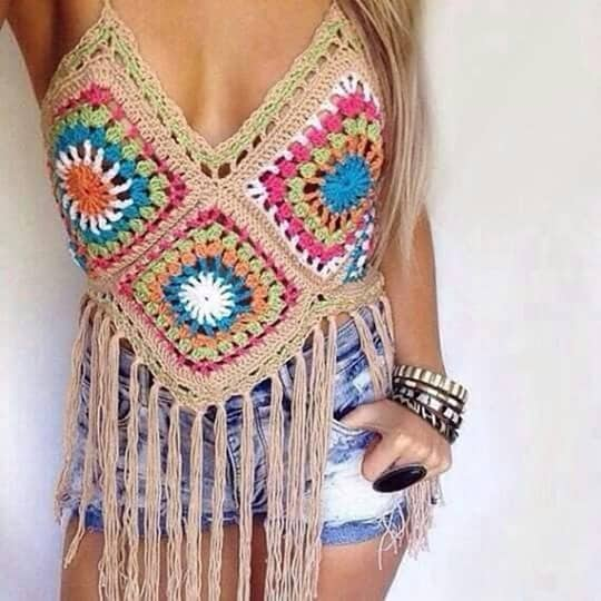 Top cropped de crochê colorido com franjas