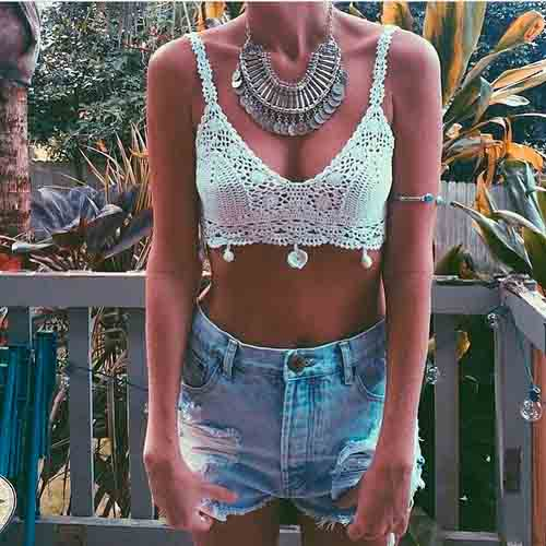 Top de crochê com colar e short jeans