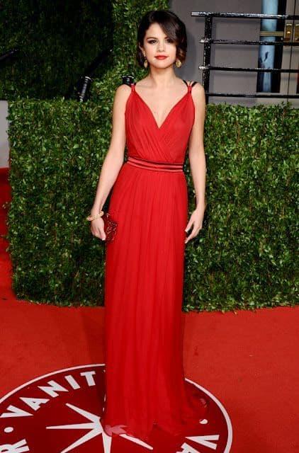 Vestido com decote V da Selena Gomez