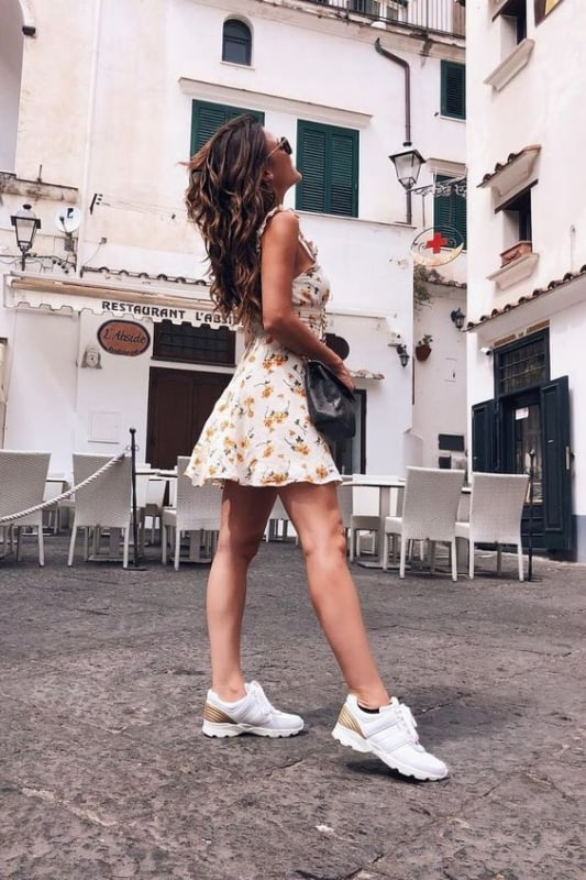 Vestido floral com tênis chunky branco