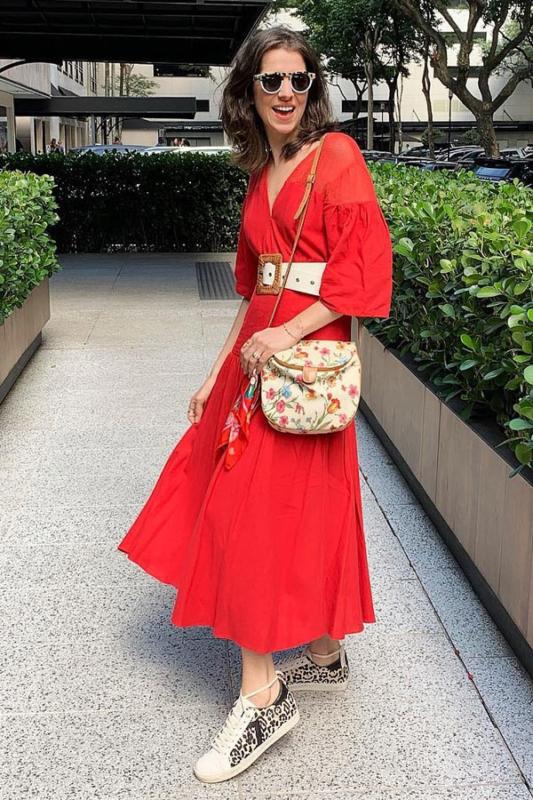 Vestido vermelhão com tênis animal print
