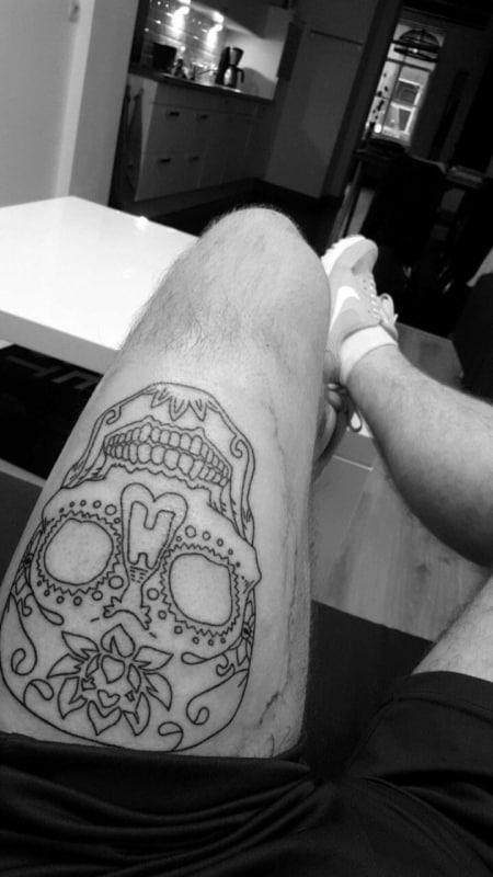 tatuagem na coxa masculina caveira mexicana