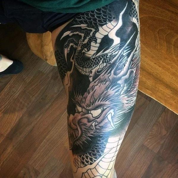 tatuagem na coxa masculina de dragão